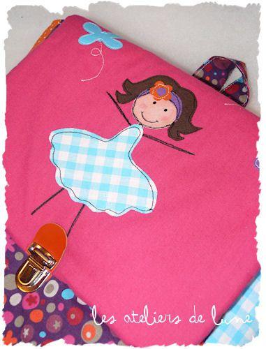 une petite demoiselle avec trois petits papillons...avec le prénom sur sur le corps du sac.