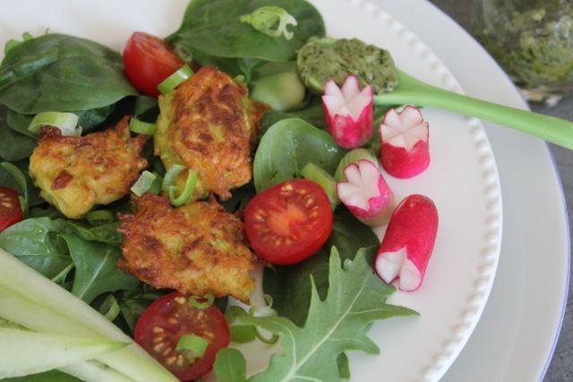 Salade, beignets de courgettes et sauce basilic sans gluten