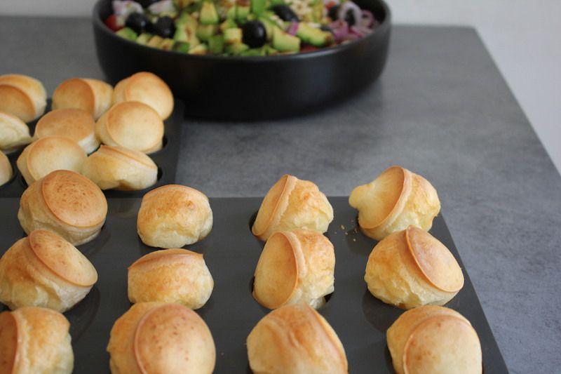 """""""pao de queijo""""à la sortie du four ,  encore dans les moules à mini muffins"""