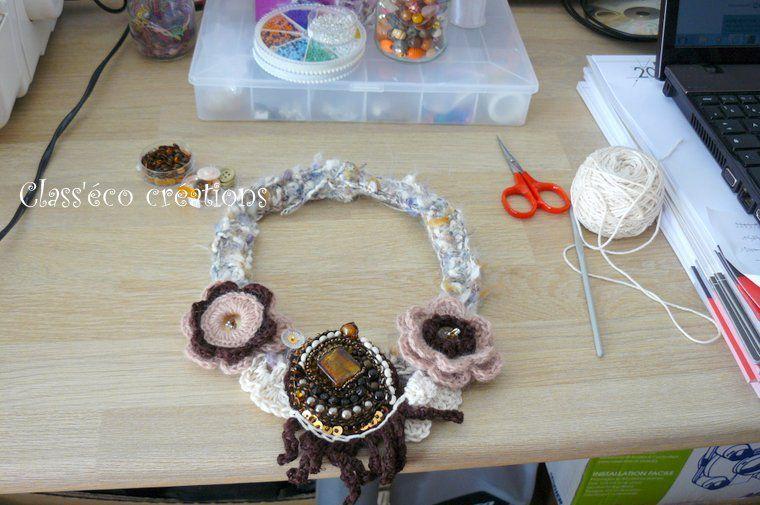 collier au crochet, avec broderie de perles, et décoration avec des boutons