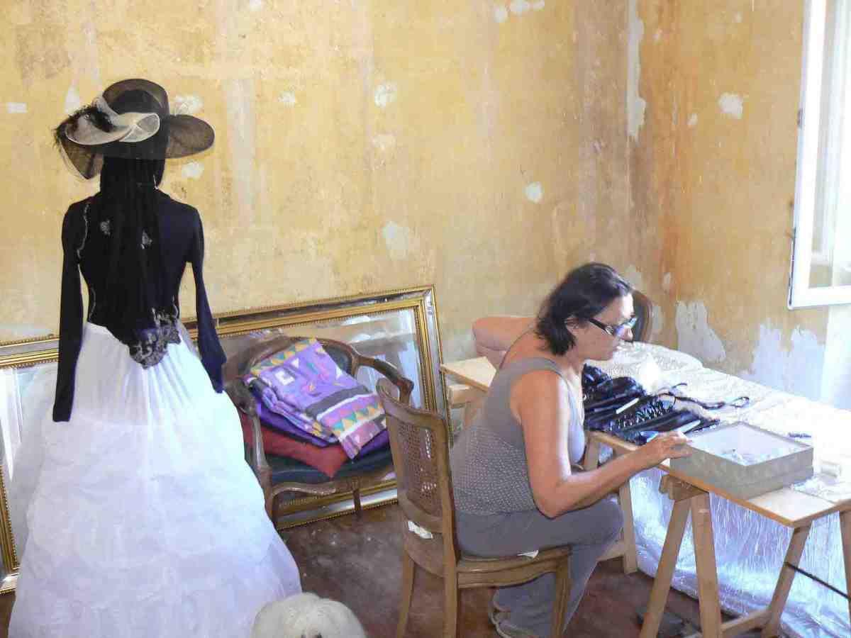 Christiane et Stéphanie au travail sur le costume 2014
