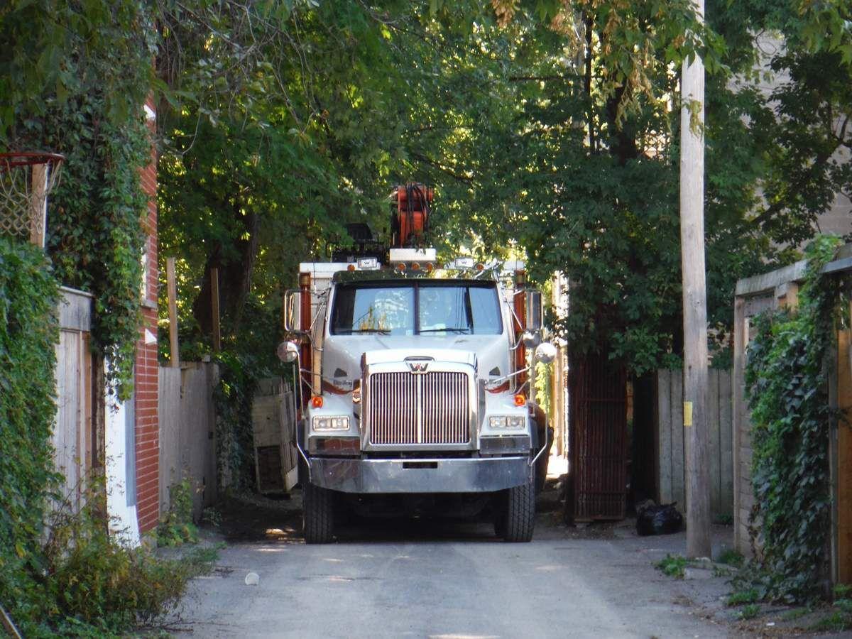 C'est le camion qui cache la ruelle