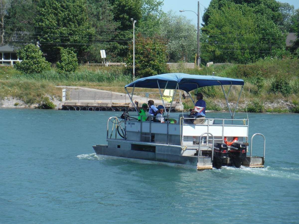 Un bac sur le canal reliant le lac Ontario au lac Érié
