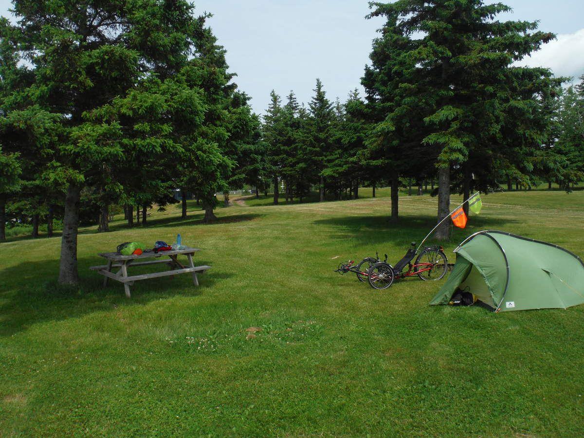 Au fond en haut et à gauche il y a une tente... Ce que je vois depuis ma table de pique-nique