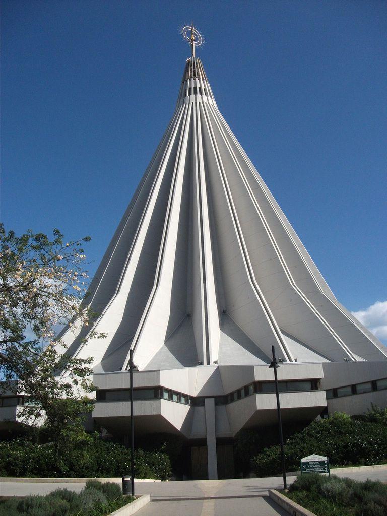le Sanctuaire Notre-Dame des Larmes vu de l'extérieur