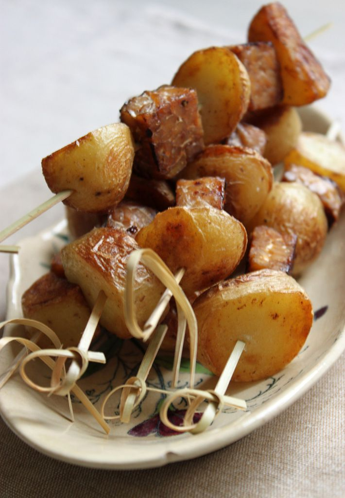 Brochettes de tempeh mariné au sirop d'érable et pommes de terre dorées