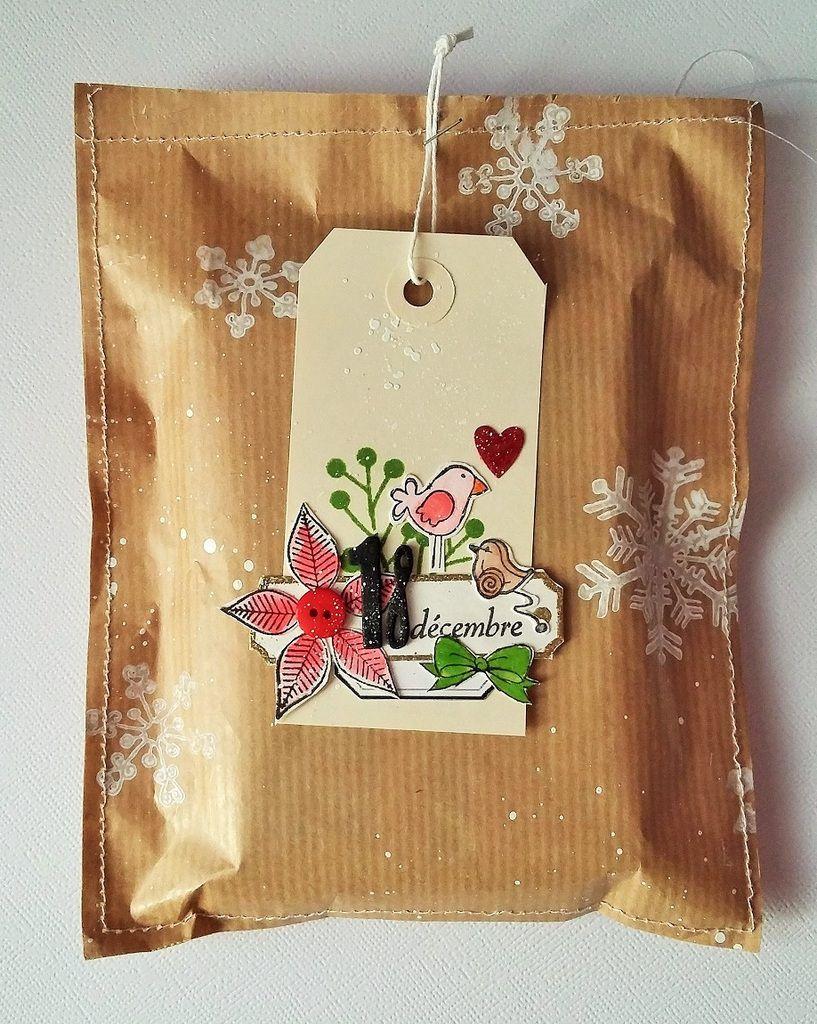 L'étiquette cadeau en forme de boule de Noël est une découpe de Scrap à la carte: j'adore!
