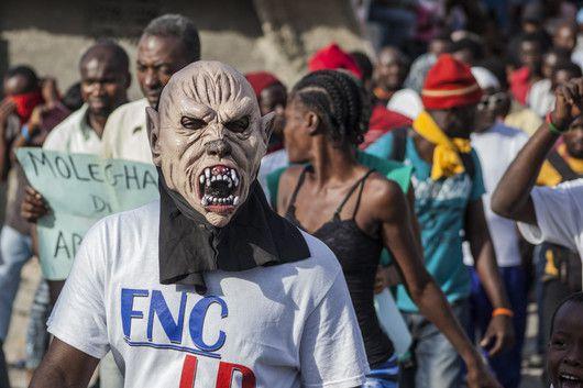 Un manifestant de l'opposition dans les rues de Port-au-Prince. Le photographe haïtien Jeanty Junior Augustin couvre quotidiennement la crise électorale et ses cortèges, qui ont parfois des airs de carnaval. (25janvier 2016, Port-au-Prince). (Jeanty Junior Augustin)