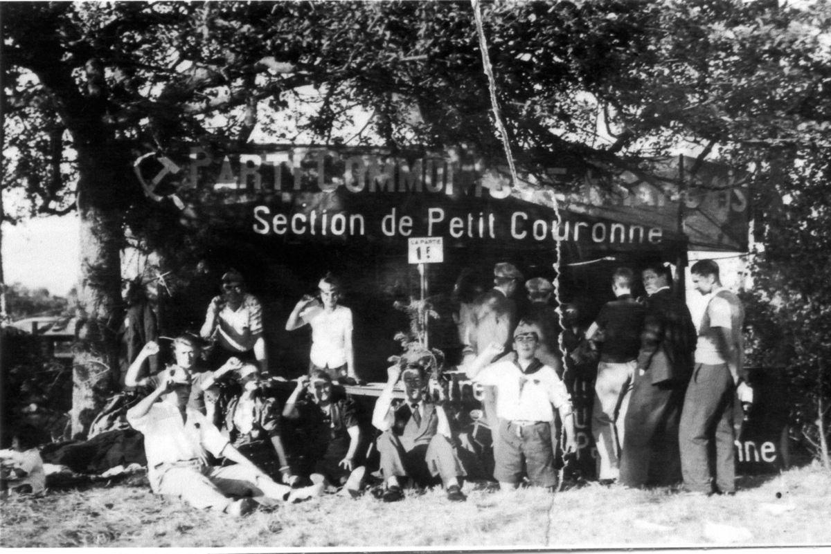 Le stand du PCF à la Fête de la section de Petit-Couronne.