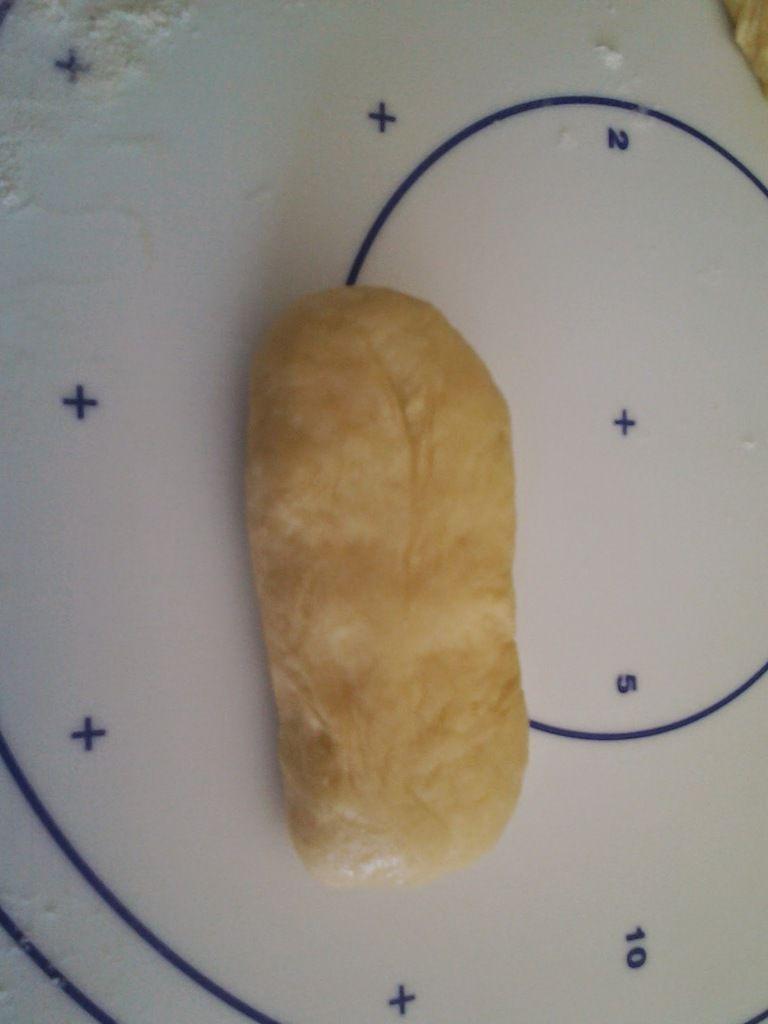 Refermer bien. Rouler le tronçon sur lui-même pour lui donner une jolie forme de boule. Puis allonger ces boules avec les mains pour donner leur forme aux pains au lait.