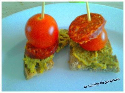 Toast sans gluten au pesto, tomates et crevettes.