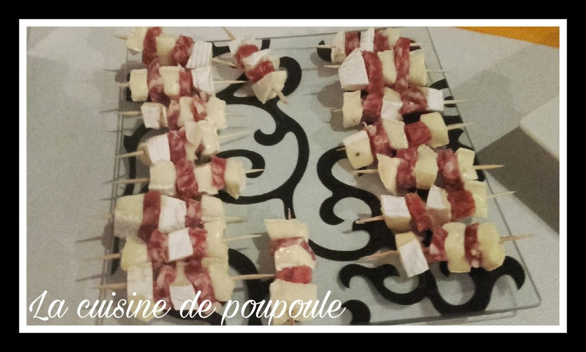 Mini brochettes saucissons camembert