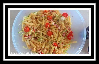 Salade de pâtes, tomates cerise, mozza, courgettes