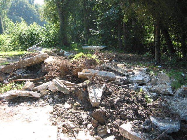 Commune de Milon la Chapelle, lieu dit : l'étang à la pêche, pollutions importantes et fréquentations douteuses sur ce site