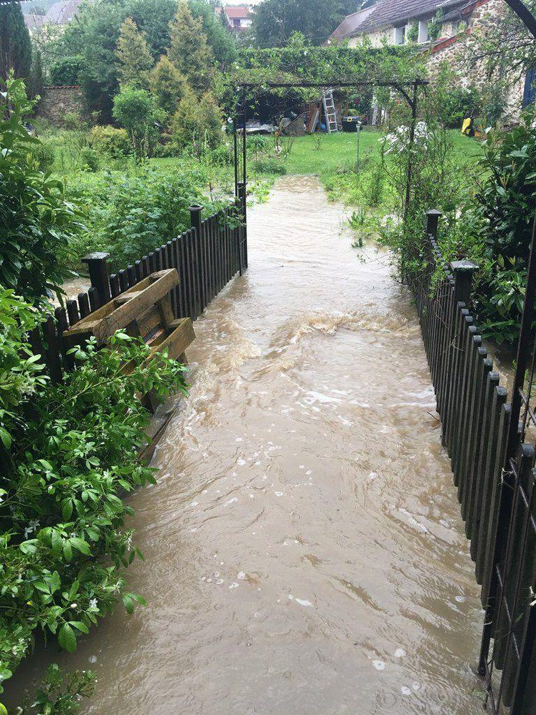 Suite aux fortes pluies de fin mai pendant 3 jours, inondations du bas du village de Saint-Lambert-des-Bois et, inondation des prairies espaces naturels d'expansion des crues du cours du Rhodon. Photos du 31 mai et 1er juin 2016.