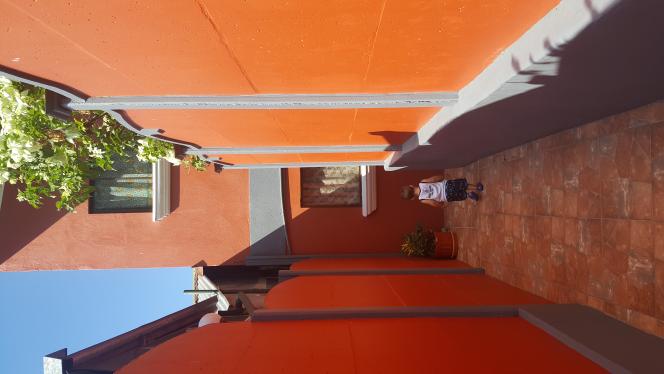 Notre appartement est vraiment cool et hyper sécuritaire alors Riri adore courir dans les couloirs!