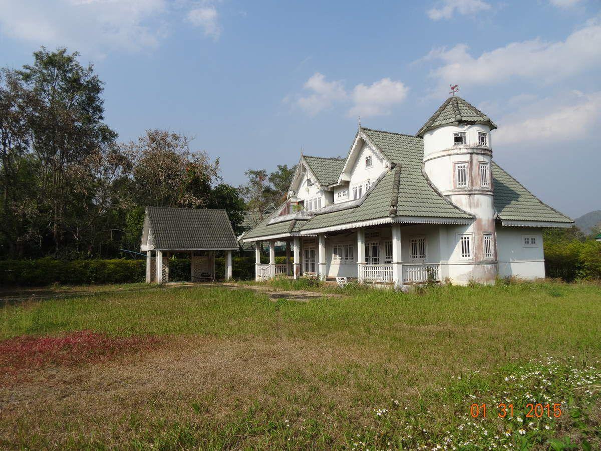 """prés de la """"plage"""" un parc résidentiel dont  l'architecture des maisons est loin de rappeler le style thaï traditionnel"""