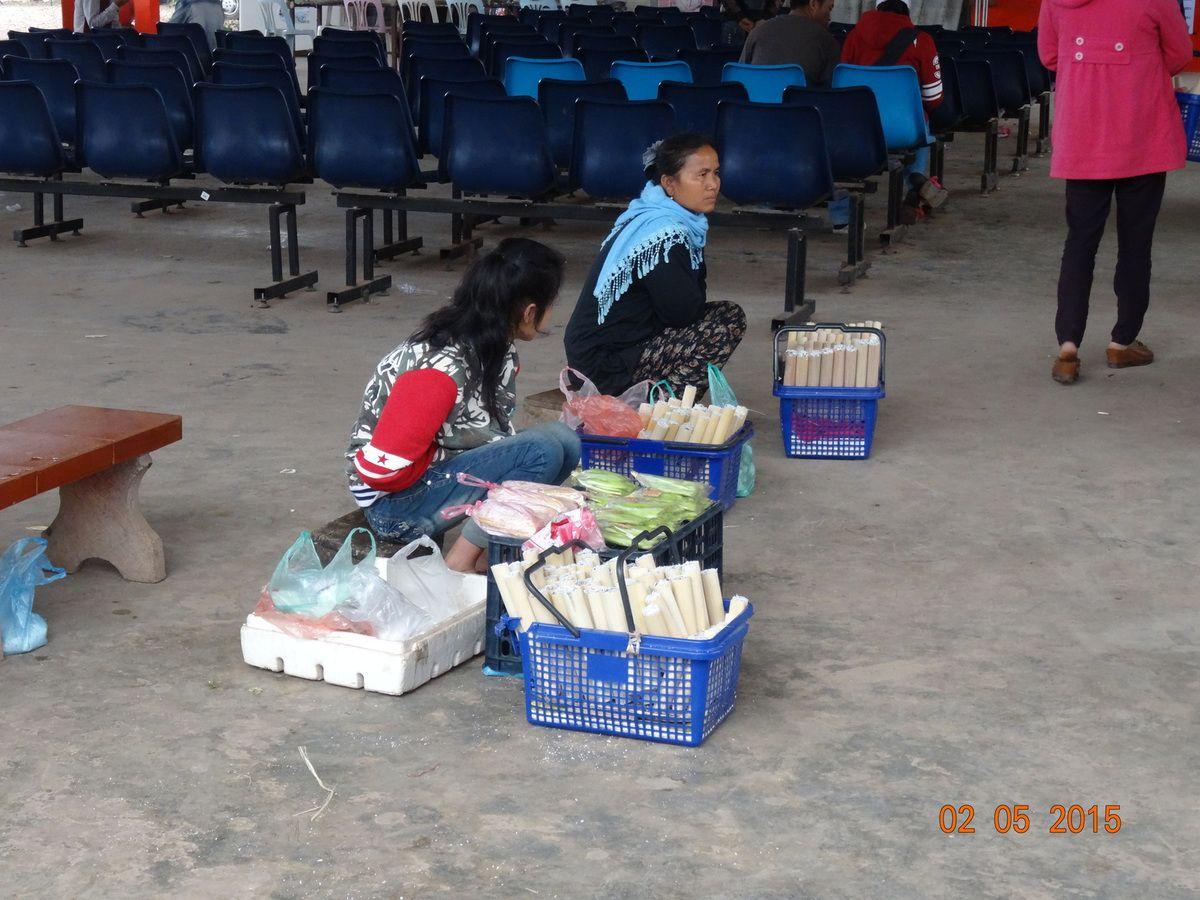 vendeuses de riz à la station de bus