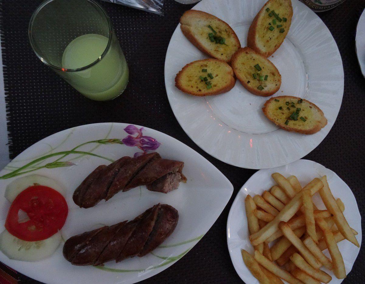 14 février et un mois que nous sommes partis, on a fêté cela, au menu : pernod, pain aillé, saucisse de Luang Prabang et des frites (frensh fries)...c'était aussi la St Valentin...