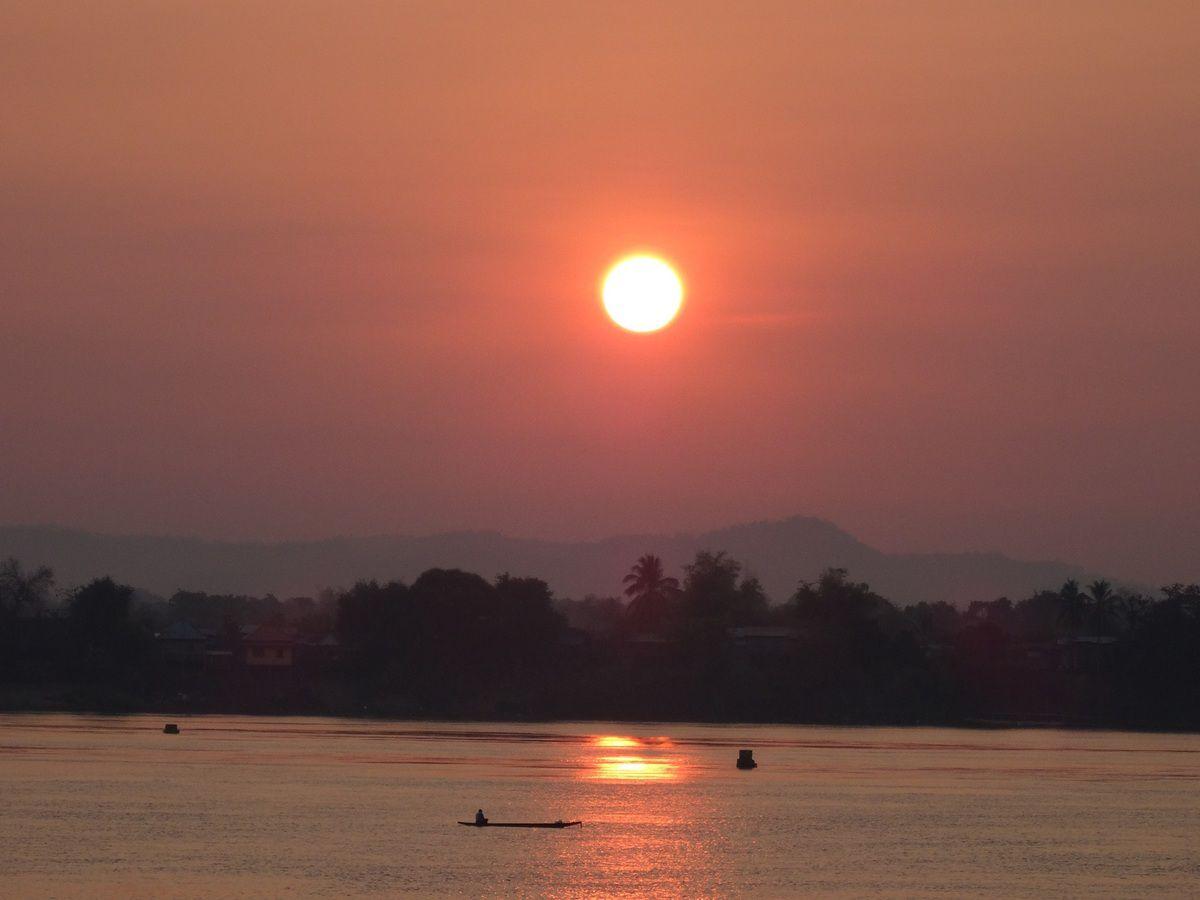 sur l'île de Khong il est 6 h. 15, le soleil se lève...