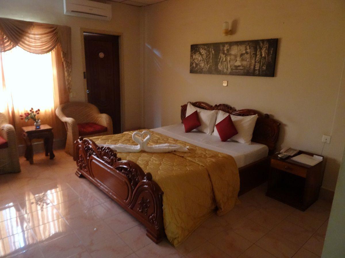 notre chambre à Battambang, ... voir la déco avec les serviettes de bain sur le lit