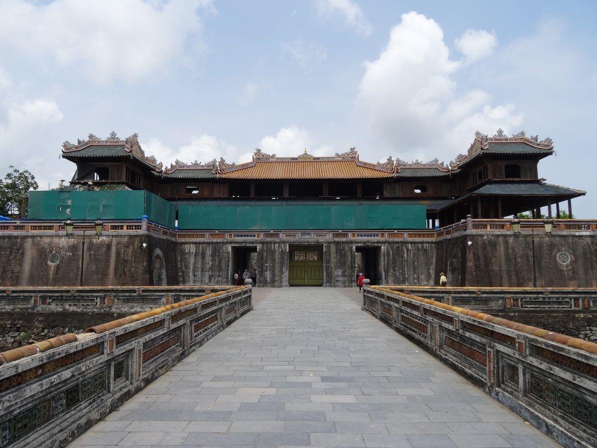 LA CITE IMPERIALE , sa porte principale est actuellement en cours de rénovation