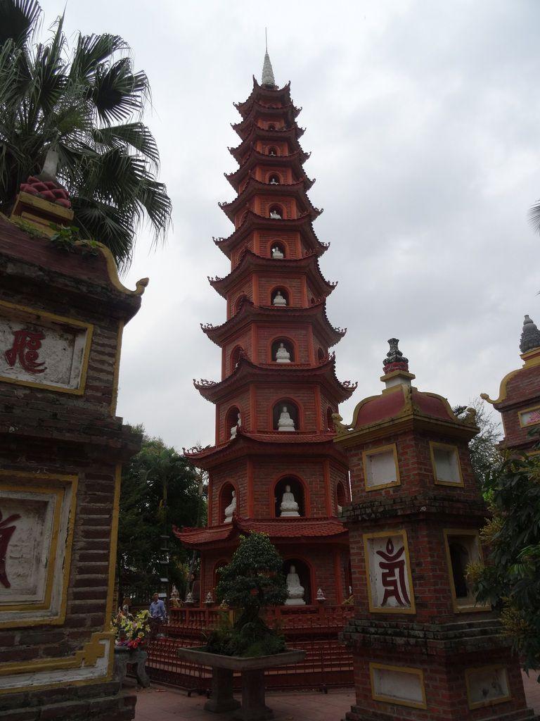 La pagode Tran Quoc où nous avons croisé à nouveau les jeunes suissesses. Cette pagode est située sur l'île du lac de l'Ouest construite au VIᵉ siècle, rénovée en 1815,. Elle  est la plus ancienne pagode de Hanoï.