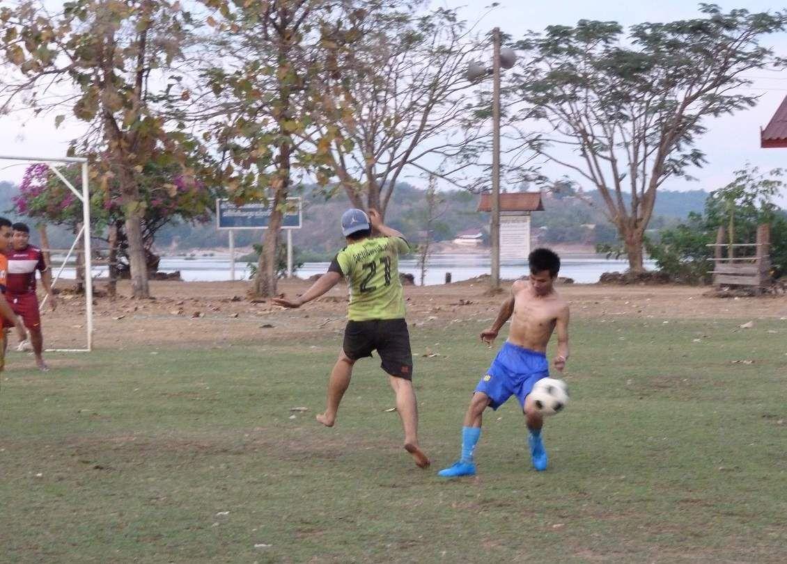 un  des joueurs est pieds nus--but !!