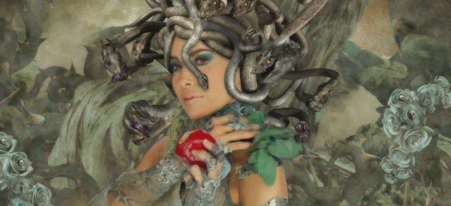 Depuis son apparition sur la scène musicale en 1989, elle est restée aux yeux du public. Gloria Trevi s'est réinventée plusieurs fois en tant que chanteuse, comédienne, comme image de la jeune fille rebelle aux cheveux dénoués, comme une femme de caractère, ou comme une femme sensuelle.