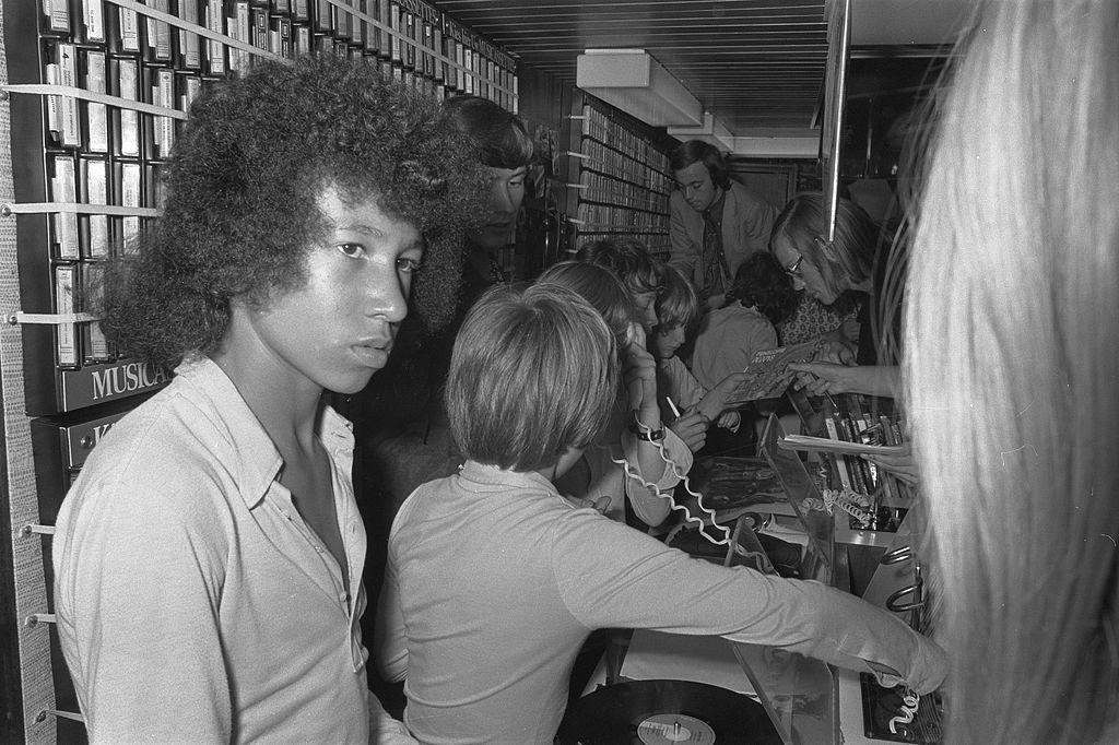 En 1971, Bruno Victoire Polius interprète Non, non, rien n'a changé SourceGaHetNa (Nationaal Archief (NL).