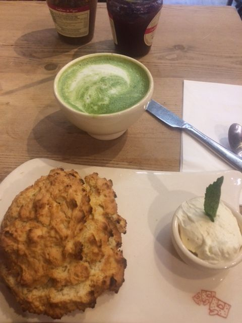 English Breakfast, Scone et thé matcha latté