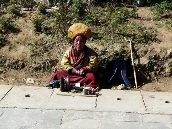 un moine bouddhiste près du palais de thimphu