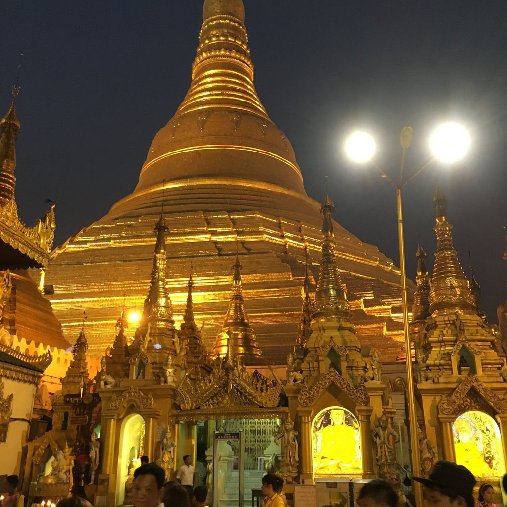 La pagode Shwedagon by night à Yangon