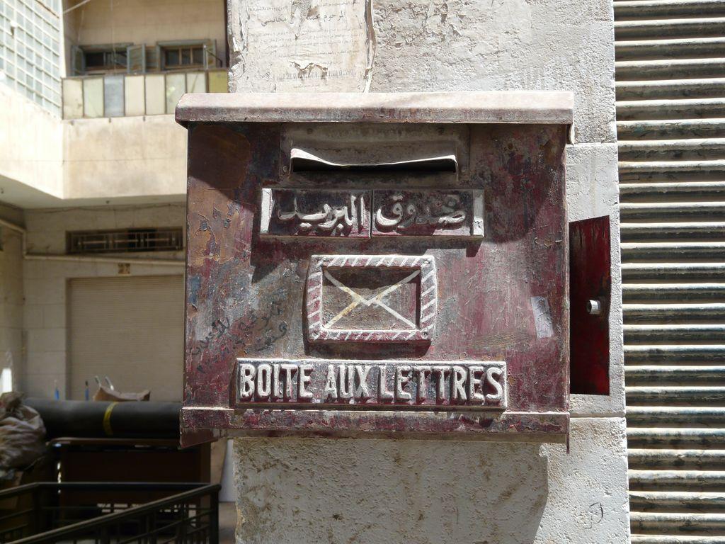 Au souk d'Alep, une boîte à lettres datant du protectorat français