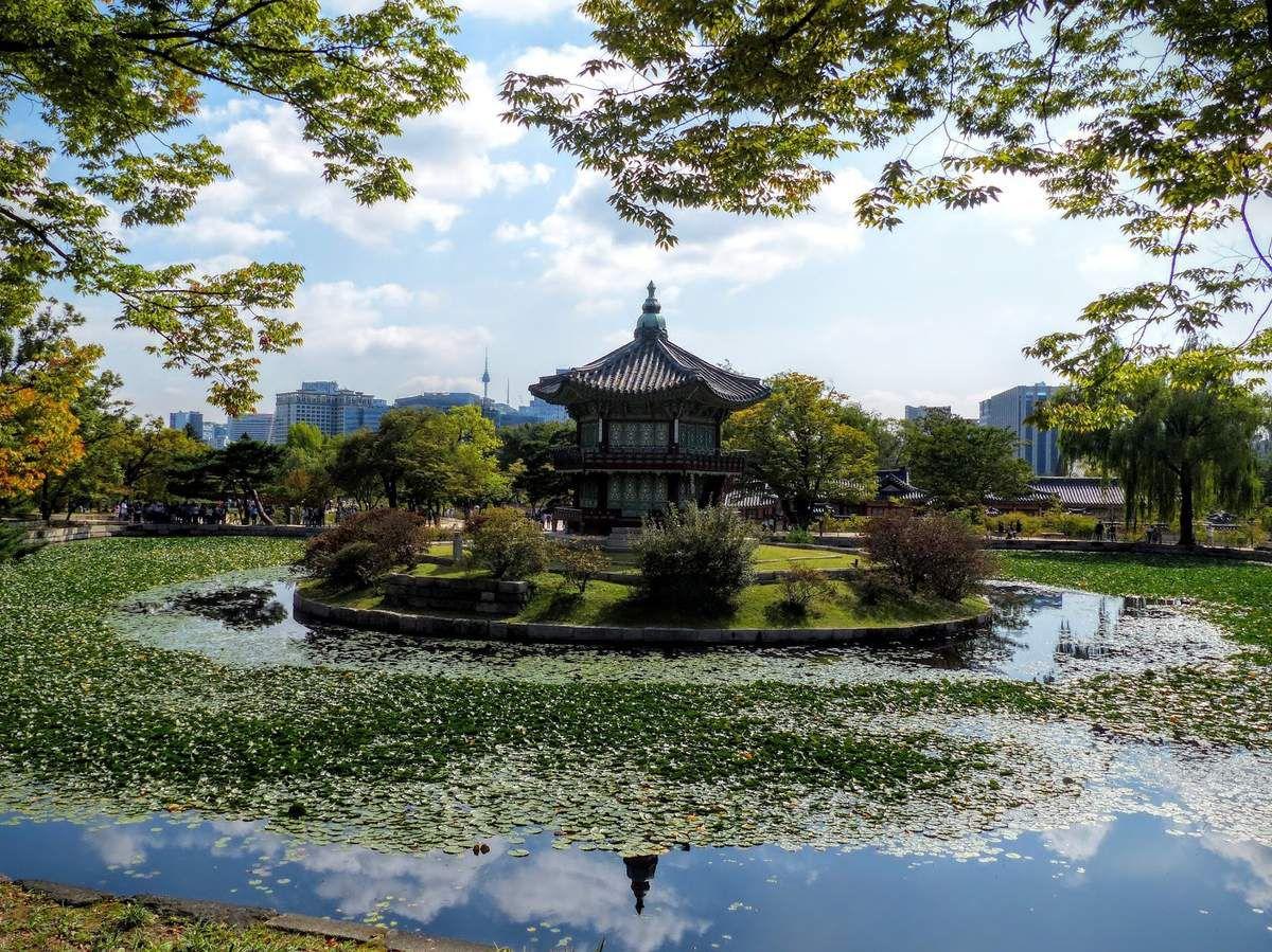 un superbe pavillon dans un parc de Séoul