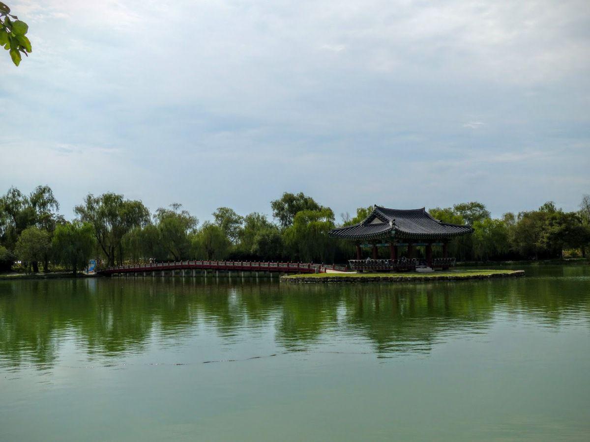 Seodong Park et Gungnamji Pond&#x3B; un pavillon au milieu de l'étang&#x3B;