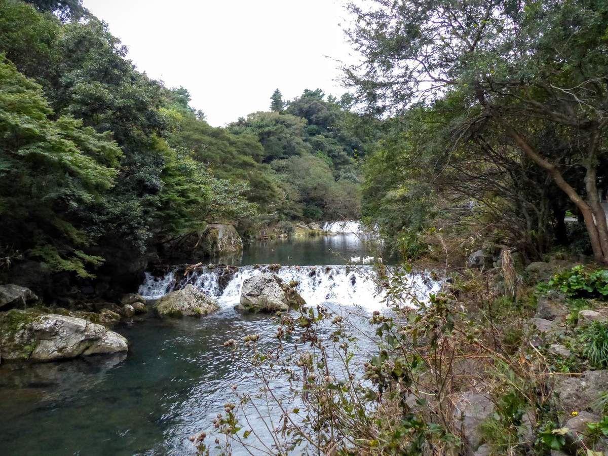 les chutes  de Cheonji, 23 m de haut sur l'île de Jeju