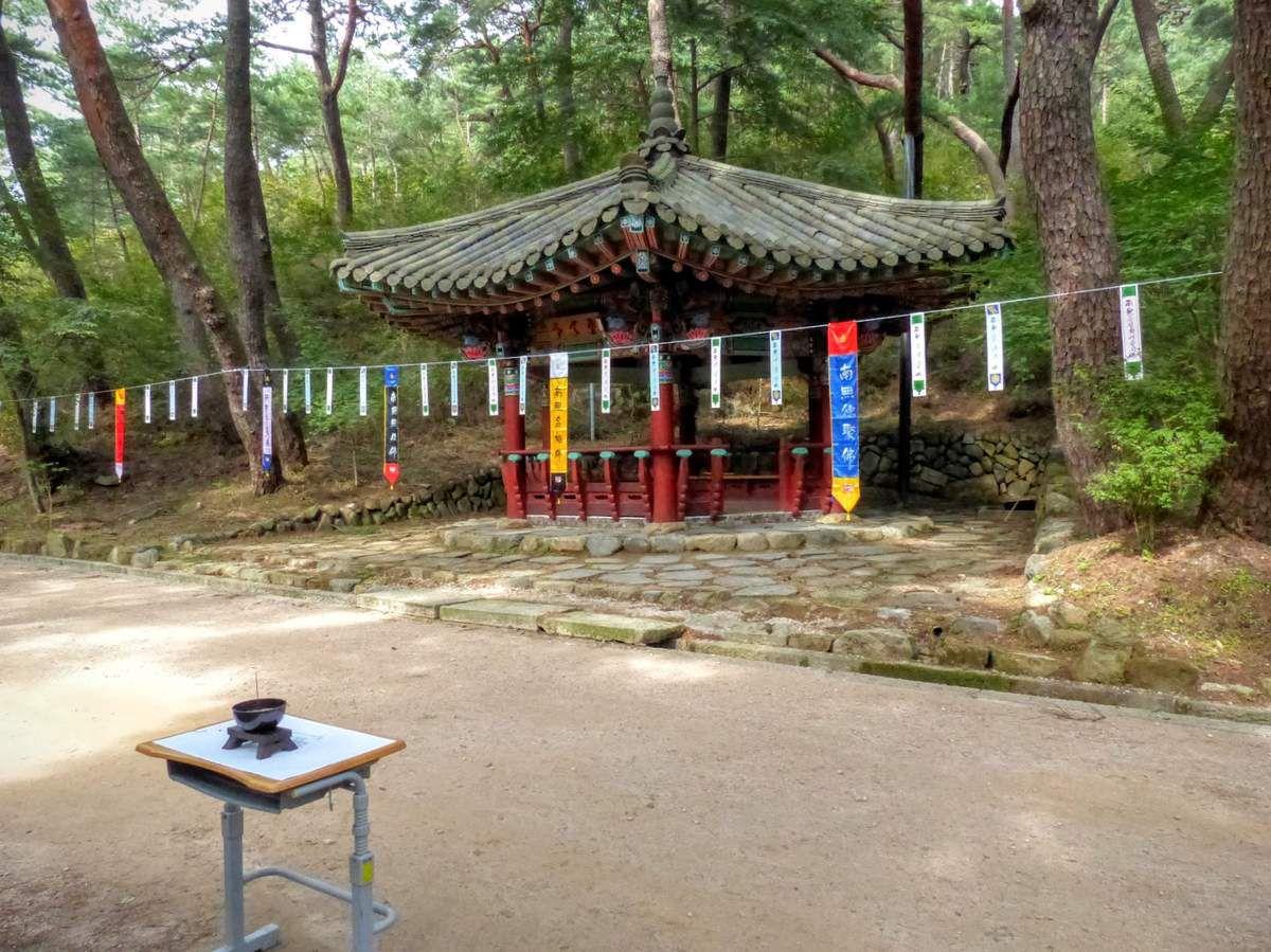il y a de temps en temps des petits temples où les fidèles s'arrêtent pour prier
