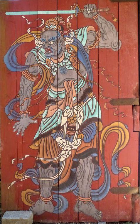 de belles portes décorées de guerriers