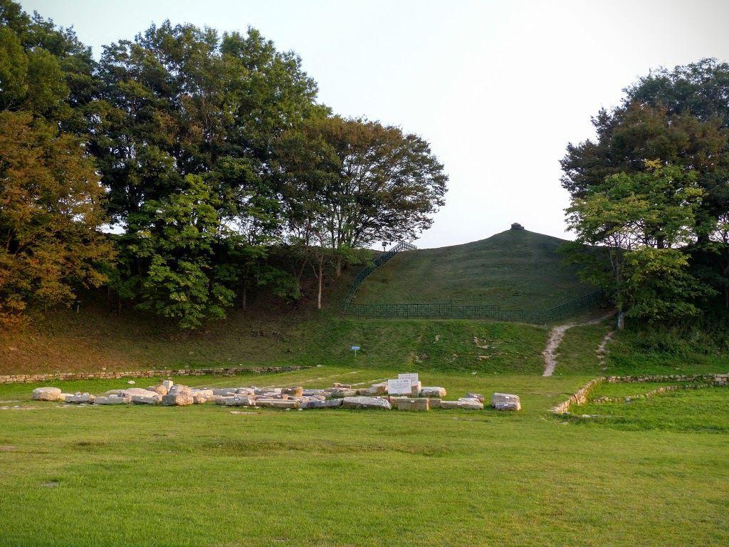 dans ce parc, de nombreux tumulis, tombes royales&#x3B;