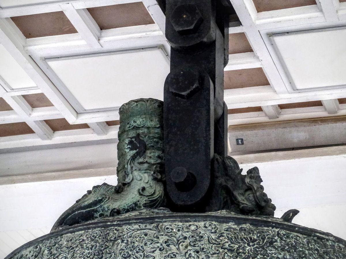 on peut voir au sommet un dragon à une tête typique chez les bouddhistes de Corée alors qu'en Chine, les dragons sont représentés avec 2 têtes&#x3B;