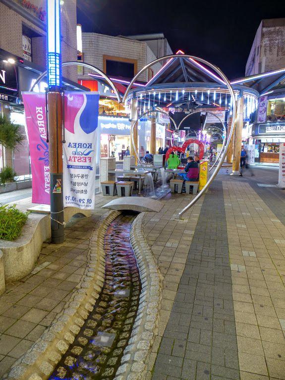 le centre ville est bien décoré&#x3B; la nuit tombe à 18h30&#x3B;