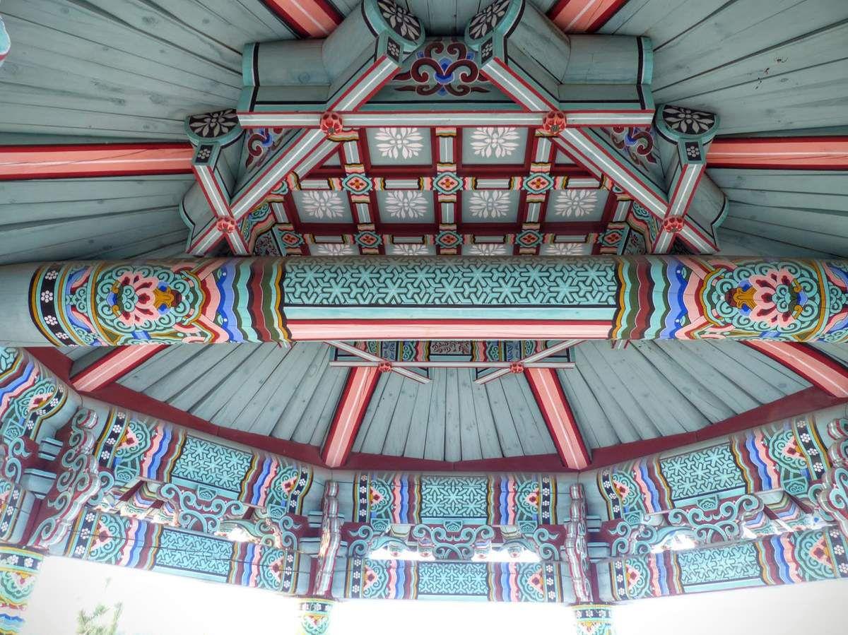 le toit est superbement décoré, y compris l'intérieur&#x3B;