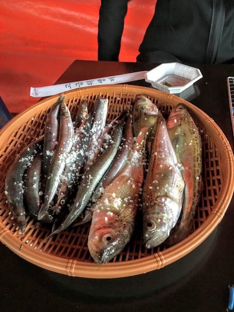 plusieurs sortes de poissons choisis vivants et préparés par notre charmante restauratrice