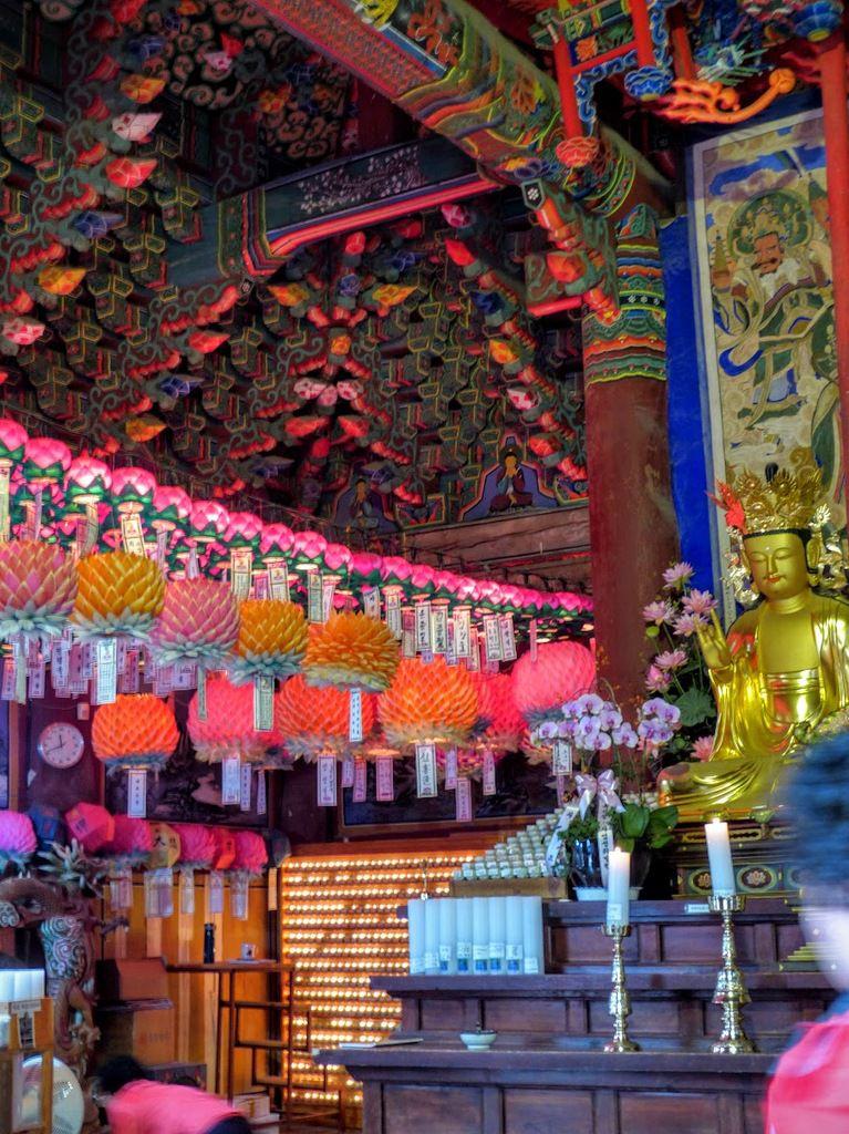 Seoraksan national park, le temple bouddhiste Sinheungsa&#x3B; vues intérieures&#x3B;