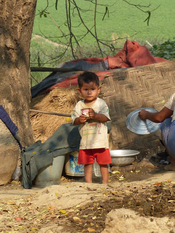 un enfant dans un petit village birman