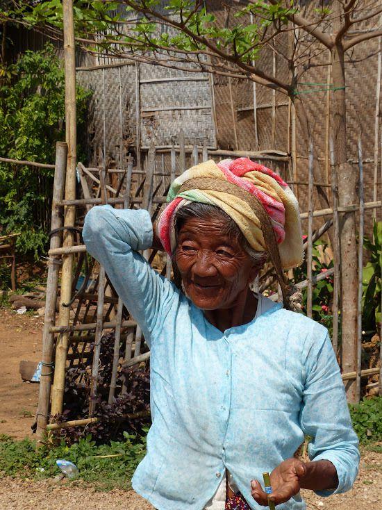 une vieille femme dans un village (pas si âgée que ça, 60 ans max)