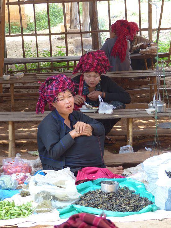 des femmes venues vendre leurs produits au marché des 5 j
