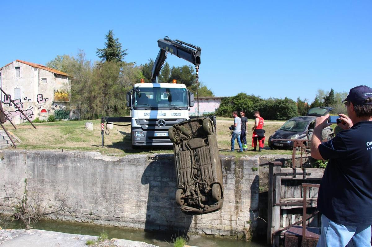 20170403 voitures canal Arles à Fos