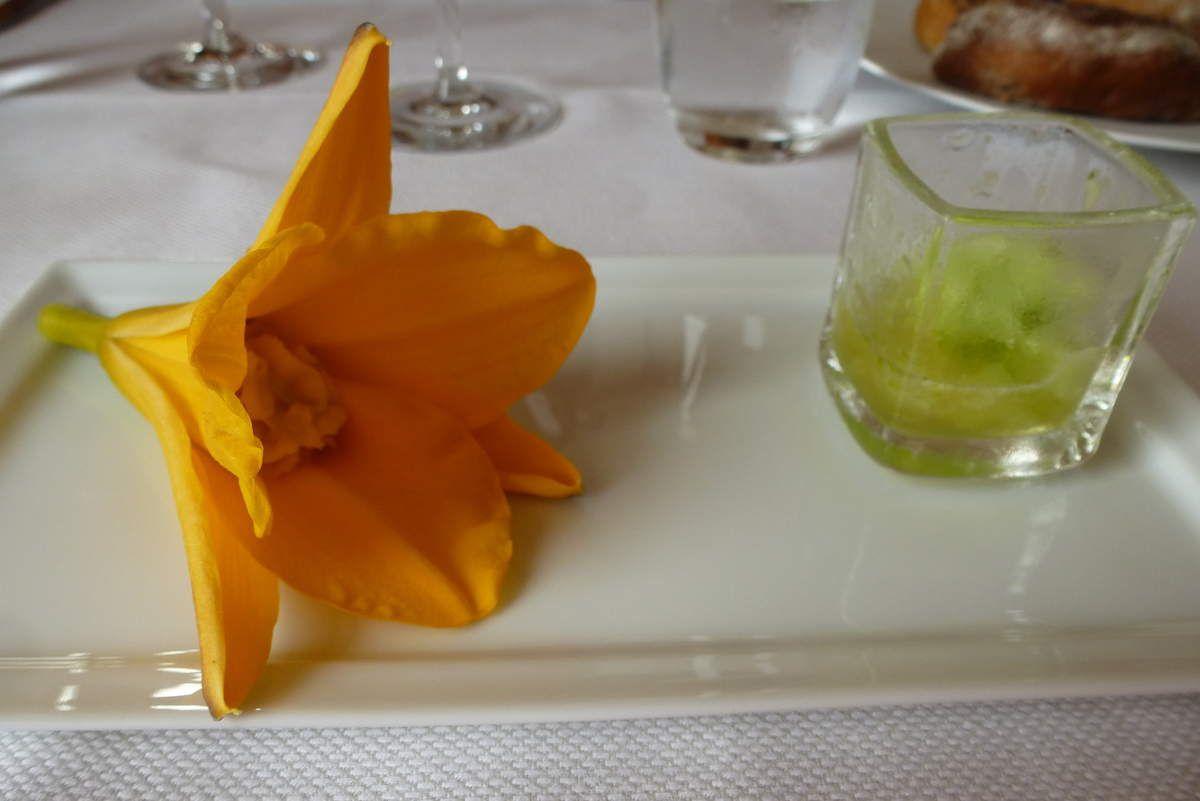 Fleurs d'hémérocalles farcies à la purée de pois chiche ( la gourmandise m'avait fait attaquer cette mise en bouche, la verrine est à moitié vide !)